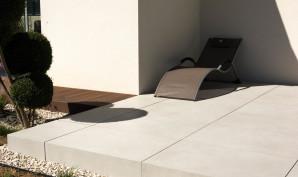 Terrasse Originale avec mélange de matériaux modernes et cour en enrobé